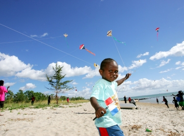300th anniversary of the Dutch landing at Purrampunarli on Karslake peninsula, Melville Island. Tiwi Aboriginal children fly kites on the beach Photographer: David Hancock. Copyright: SkyScans.