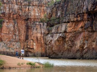 Nitmiluk NP - Cicada Lodge tourism resort - tourism destination - tourists explore Katherine Gorge